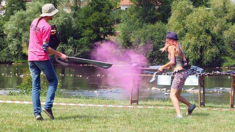 Des armes battle of color qui s'entrechoquent
